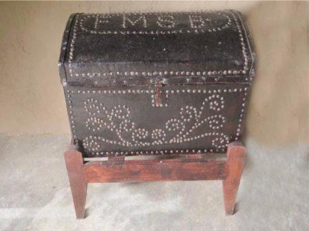 Depósito confeccionado em madeira e couro que servia de mala. Lugar seguro de guarda peças valiosas