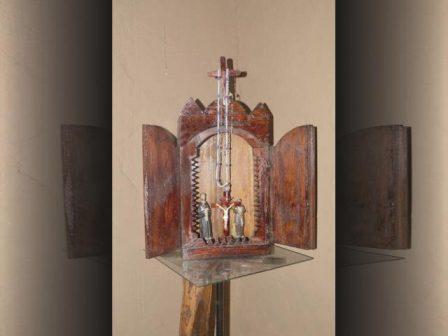 Móvel de madeira usado para gradar imagens.